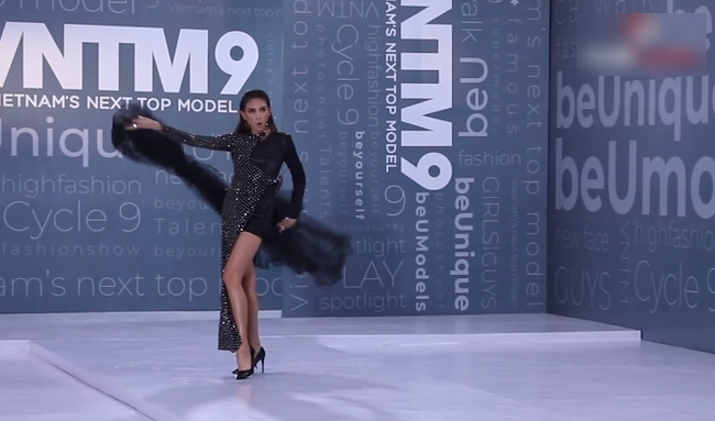 """""""Vietnam's Next Top Model"""": Thí sinh người lai lên đồ lồng lộn, còn đội chai nước lên đầu đi catwalk khiến Võ Hoàng Yến phải đứng ra chỉ dạy - Ảnh 6."""