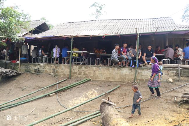 Nước mắt nghẹn ngào của người mẹ trong đám tang 3 học sinh trong vụ sập cổng trường ở Lào Cai - Ảnh 3.