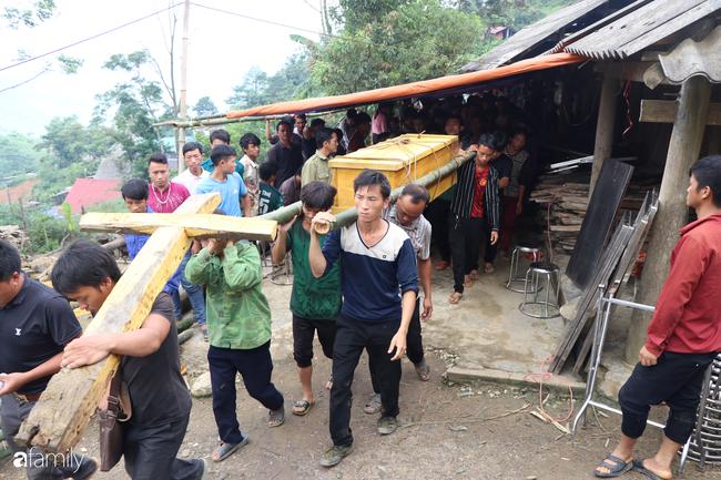 Nước mắt nghẹn ngào của người mẹ trong đám tang 3 học sinh trong vụ sập cổng trường ở Lào Cai - Ảnh 9.