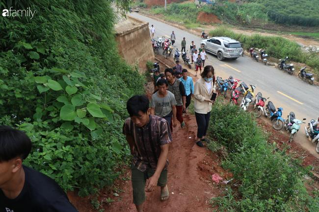 Nghẹn lòng đám tang 3 em nhỏ tử vong trong vụ sập cổng trường ở Lào Cai: 'Không ngờ bát mì tôm trứng lại là bữa ăn cuối cùng của con' - Ảnh 4.