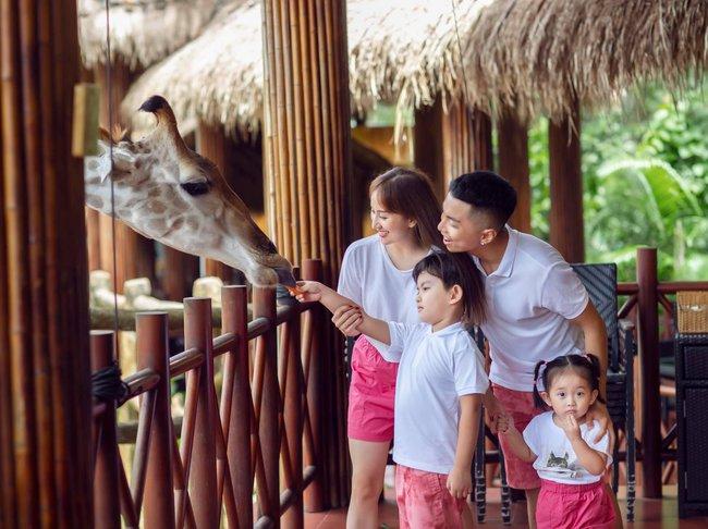 Gia đình Khánh Thi cho hươu cao cổ ăn trong chuyến du lịch Phú Quốc.