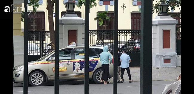 Cái kết đẹp vụ bé trai bị bỏ rơi trong khe tường ở Hà Nội: Ông bà ngoại rưng rưng ôm cháu vào lòng, mong con gái được cộng đồng tha thứ - Ảnh 5.