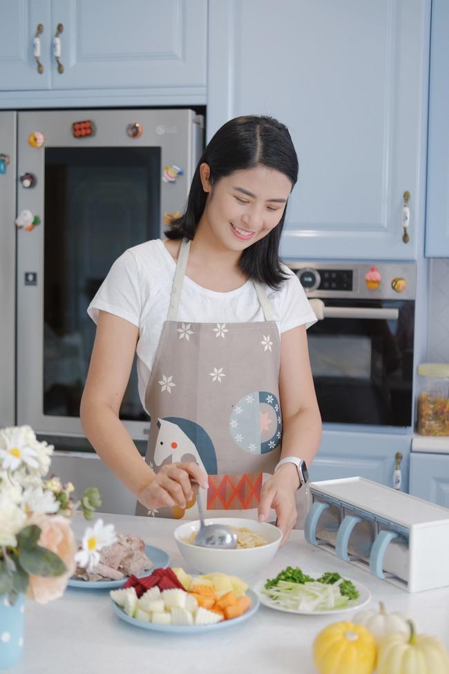 Đi thăm bạn mới sinh, Hoa hậu Ngọc Hân nấu món ăn lạ miệng dễ làm mà đẹp lung linh khiến cộng đồng mạng muôn phần nể phục!  - Ảnh 1.
