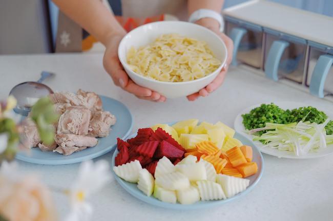 Đi thăm bạn mới sinh, Hoa hậu Ngọc Hân nấu món ăn lạ miệng dễ làm mà đẹp lung linh khiến cộng đồng mạng muôn phần nể phục!  - Ảnh 6.