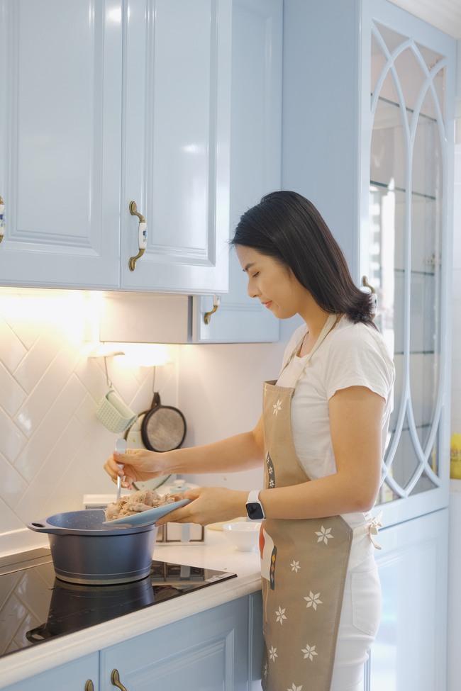 Đi thăm bạn mới sinh, Hoa hậu Ngọc Hân nấu món ăn lạ miệng dễ làm mà đẹp lung linh khiến cộng đồng mạng muôn phần nể phục!  - Ảnh 7.