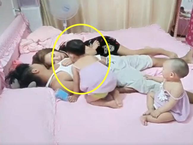Cả nhà đang chơi thì bố mẹ giả vờ ngủ để thử lòng con, phản ứng của 2 cô con gái nhỏ khiến trái tim họ lập tức được ngâm trong hũ mật - Ảnh 2.