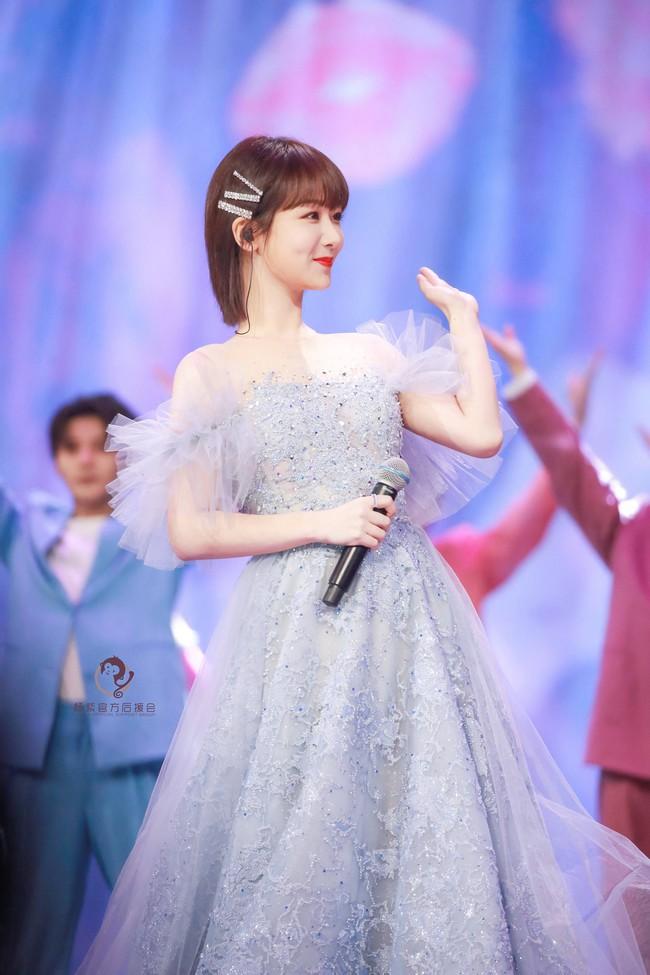 Dương Tử hóa công chúa, mặc váy xòe bồng bềnh nhưng mặt nhỏ gọn xinh đẹp mới là tâm điểm chú ý  - Ảnh 12.