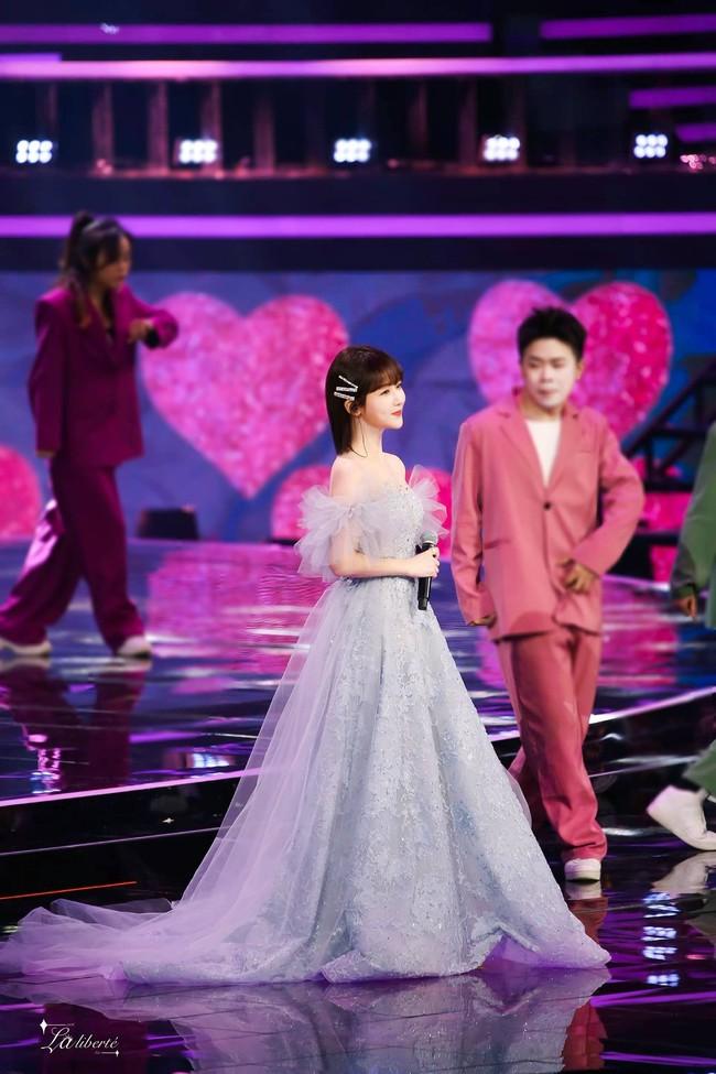 Dương Tử hóa công chúa, mặc váy xòe bồng bềnh nhưng mặt nhỏ gọn xinh đẹp mới là tâm điểm chú ý  - Ảnh 13.