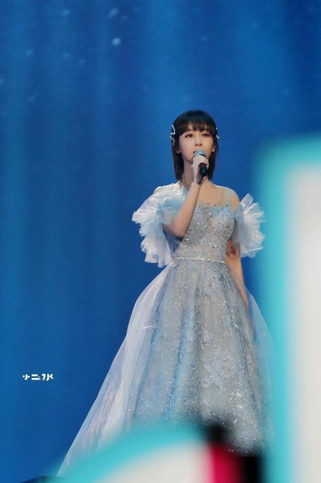 Dương Tử hóa công chúa, mặc váy xòe bồng bềnh nhưng mặt nhỏ gọn xinh đẹp mới là tâm điểm chú ý  - Ảnh 7.
