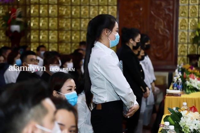 Đám tang Vân Quang Long: Vợ cũ và các con xuất hiện từ sớm, nhìn di ảnh nam ca sĩ mà đau lòng - Ảnh 5.
