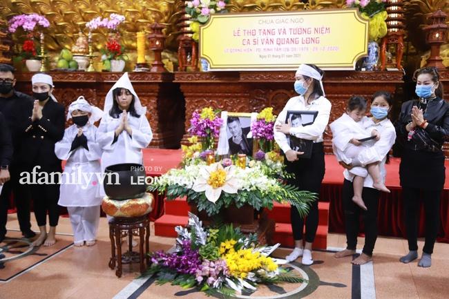 """Đám tang Vân Quang Long: Rơi nước mắt khoảnh khắc con gái lớn vừa khóc nghẹn vừa hát """"Ba kể con nghe"""", vợ thẫn thờ ôm di ảnh - Ảnh 15."""