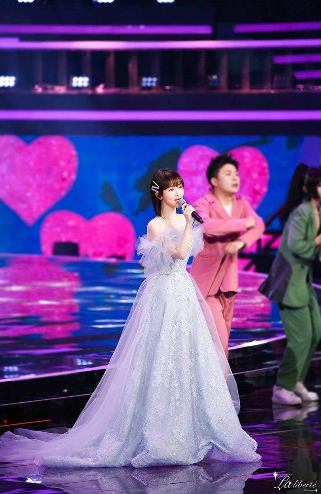 Dương Tử hóa công chúa, mặc váy xòe bồng bềnh nhưng mặt nhỏ gọn xinh đẹp mới là tâm điểm chú ý  - Ảnh 5.