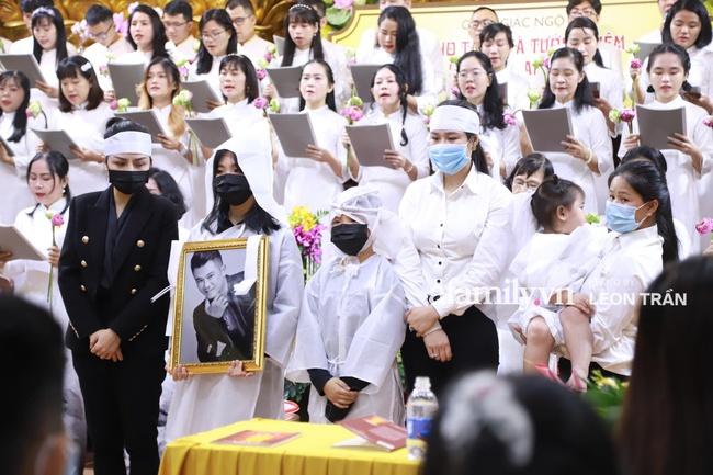 Đám tang Vân Quang Long: Hai người vợ và các con thất thần ôm di ảnh cố ca sĩ - Ảnh 10.