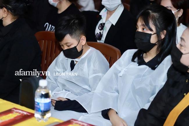 Đám tang Vân Quang Long: Vợ cũ và các con xuất hiện từ sớm, nhìn di ảnh nam ca sĩ mà đau lòng - Ảnh 3.