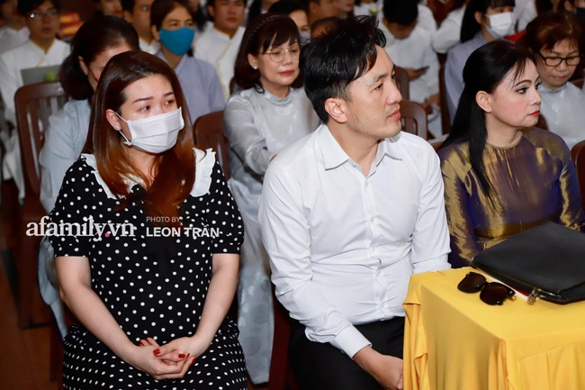 Đám tang Vân Quang Long: Vợ cũ và các con xuất hiện từ sớm, nhìn di ảnh nam ca sĩ mà đau lòng - Ảnh 7.
