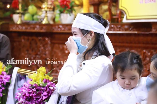 """Đám tang Vân Quang Long: Rơi nước mắt khoảnh khắc con gái lớn vừa khóc nghẹn vừa hát """"Ba kể con nghe"""", vợ thẫn thờ ôm di ảnh - Ảnh 17."""