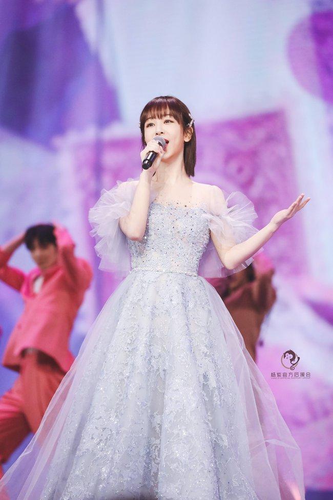Dương Tử hóa công chúa, mặc váy xòe bồng bềnh nhưng mặt nhỏ gọn xinh đẹp mới là tâm điểm chú ý  - Ảnh 4.
