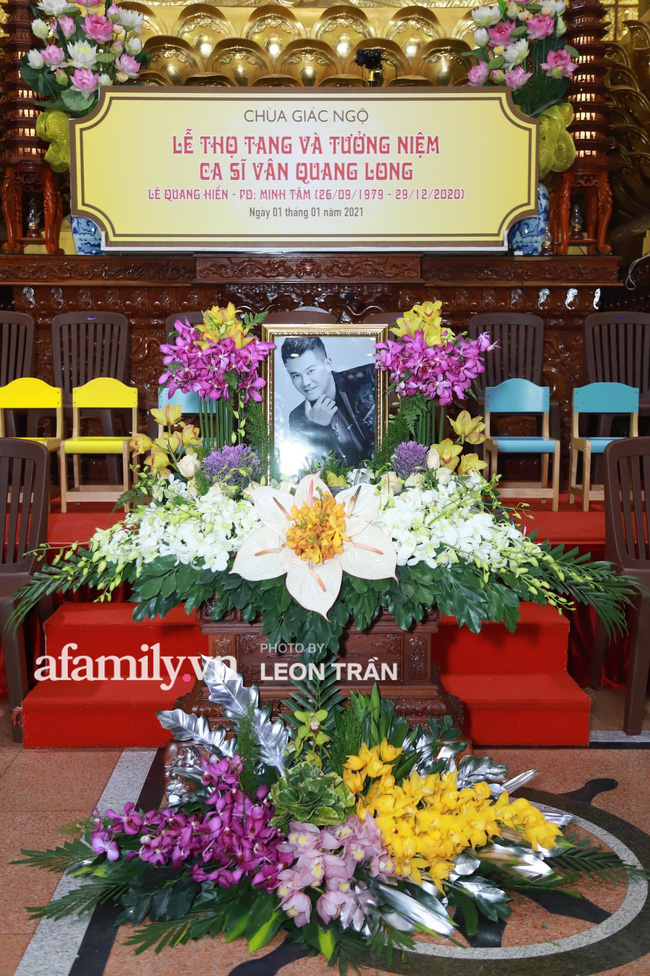 Đám tang Vân Quang Long: Vợ cũ và các con xuất hiện từ sớm, nhìn di ảnh nam ca sĩ mà đau lòng - Ảnh 2.