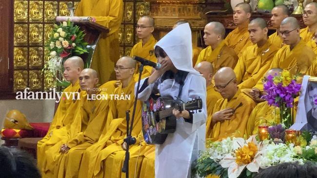 """Đám tang Vân Quang Long: Rơi nước mắt khoảnh khắc con gái lớn vừa khóc nghẹn vừa hát """"Ba kể con nghe"""" - Ảnh 12."""