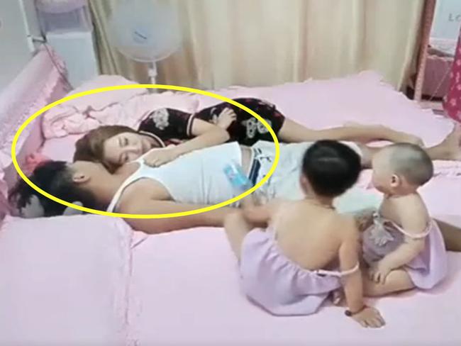 Cả nhà đang chơi thì bố mẹ giả vờ ngủ để thử lòng con, phản ứng của 2 cô con gái nhỏ khiến trái tim họ lập tức được ngâm trong hũ mật - Ảnh 1.