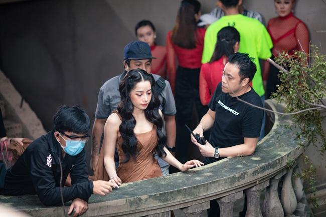 Chi Pu xác nhận đóng phim kinh dị của Victor Vũ, lộ thân hình đầy đặn trên trường quay - Ảnh 6.
