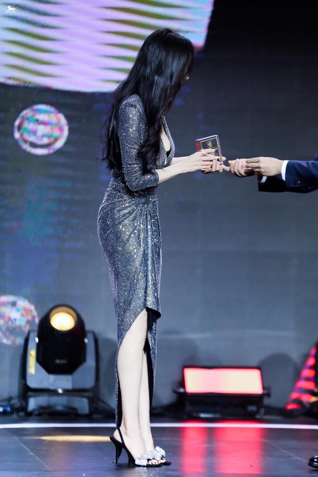 Dương Mịch lên sân khấu nhận giải nhưng vòng eo và mông căng đầy gợi cảm chiếm hết spotlight - Ảnh 5.