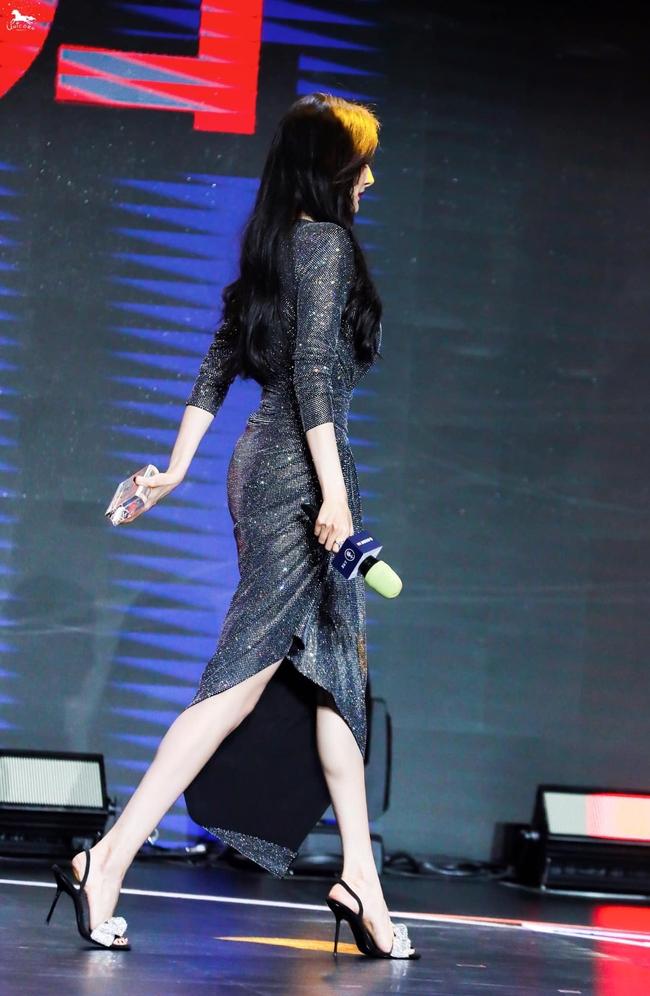 Dương Mịch lên sân khấu nhận giải nhưng vòng eo và mông căng đầy gợi cảm chiếm hết spotlight - Ảnh 4.