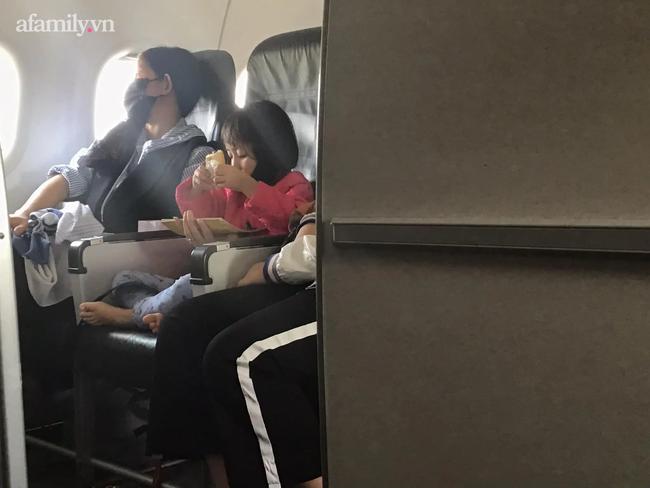 Chỉ một hành động nhỏ của bé gái trên chuyến bay được tiếp viên hàng không chia sẻ, cư dân mạng đã đồng loạt nhận định: Bé lớn lên chắc chắn thành người tử tế - Ảnh 2.