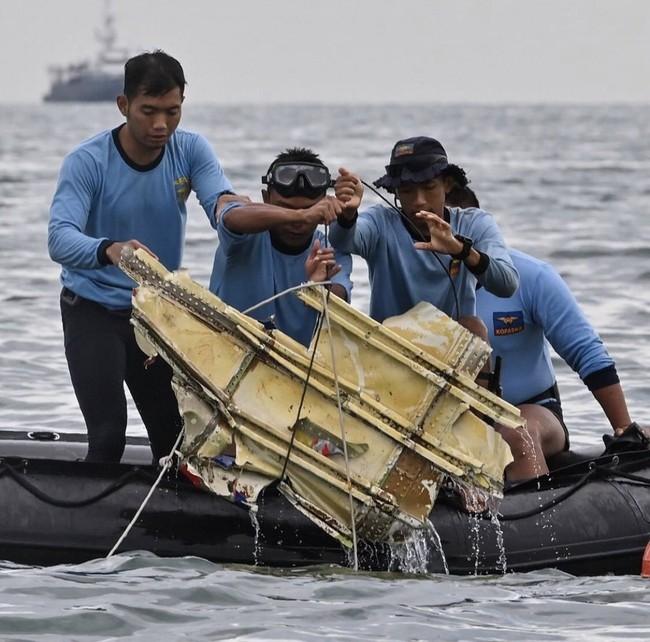 Vụ máy bay rơi ở Indonesia: Tìm thấy nhiều phần thi thể nghi là của nạn nhân, gia đình nuôi hy vọng tìm được xác người thân - Ảnh 4.
