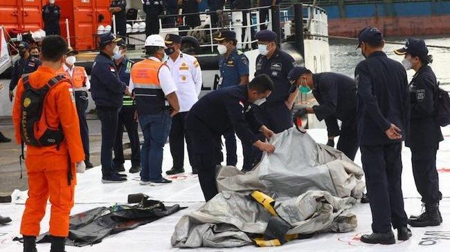 Máy bay rơi ở Indonesia: Phát hiện mảnh thi thể nghi là hành khách trên chuyến bay, hình ảnh đầu tiên về phi công  - Ảnh 2.