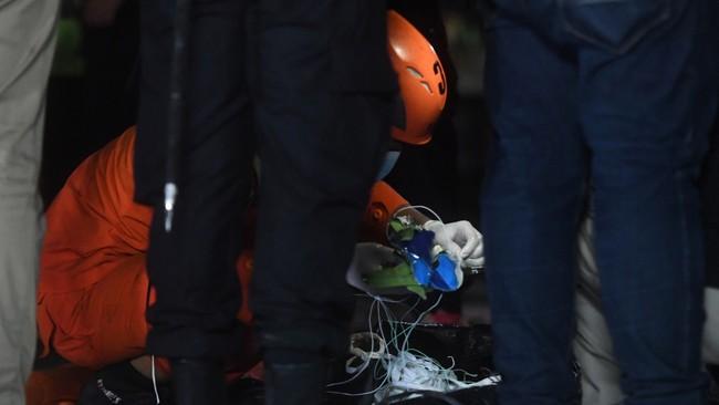 Máy bay rơi ở Indonesia: Phát hiện mảnh thi thể nghi là hành khách trên chuyến bay, hình ảnh đầu tiên về phi công  - Ảnh 3.