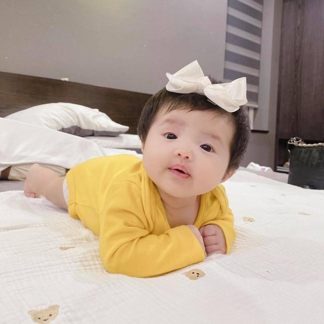 """Đông Nhi khoe loạt ảnh cận mặt con gái hơn 2 tháng tuổi, dân mạng đồng loạt nhận xét """"như bản sao Ông Cao Thắng"""" - Ảnh 3."""