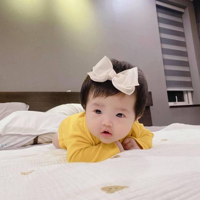 """Đông Nhi khoe loạt ảnh cận mặt con gái hơn 2 tháng tuổi, dân mạng đồng loạt nhận xét """"như bản sao Ông Cao Thắng"""" - Ảnh 5."""