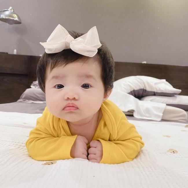 """Đông Nhi khoe loạt ảnh cận mặt con gái hơn 2 tháng tuổi, dân mạng đồng loạt nhận xét """"như bản sao Ông Cao Thắng"""" - Ảnh 4."""