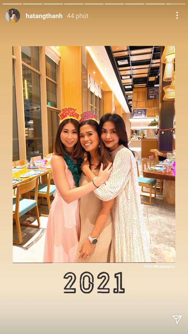 Style của Hà Tăng khi tụ tập với hội bạn: Không hề chơi trội lấn át ai, nhưng đẹp xinh chẳng chìm nghỉm giữa nhóm - Ảnh 1.