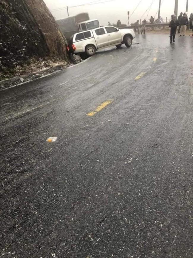 Cảnh báo: Các tài xế cần đặc biệt thận trọng khi đi Sa Pa bởi đường băng tuyết trơn trượt, đã có nhiều phương tiện gặp nạn - Ảnh 3.