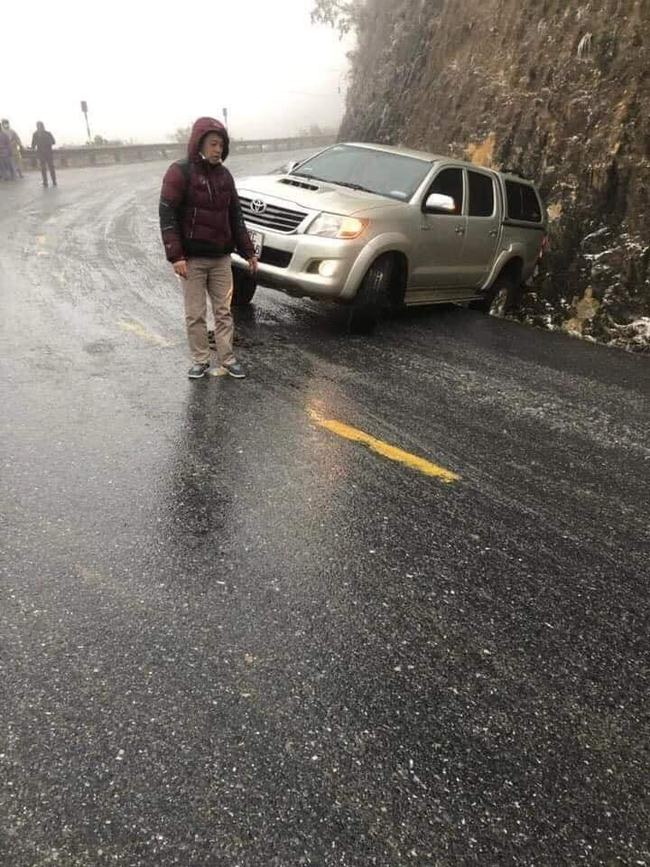 Cảnh báo: Các tài xế cần đặc biệt thận trọng khi đi Sa Pa bởi đường băng tuyết trơn trượt, đã có nhiều phương tiện gặp nạn - Ảnh 2.