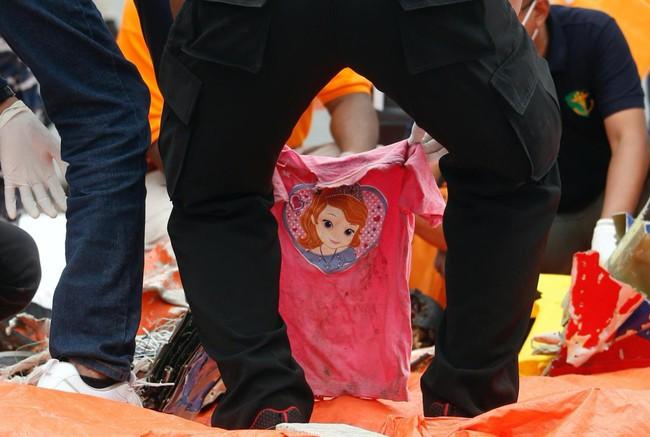 May bay rơi ở Indonesia: Chiếc áo hồng của bé gái được tìm thấy gây ám ảnh và câu chuyện xót xa của đứa trẻ ngăn bố lên máy bay tử thần - Ảnh 4.