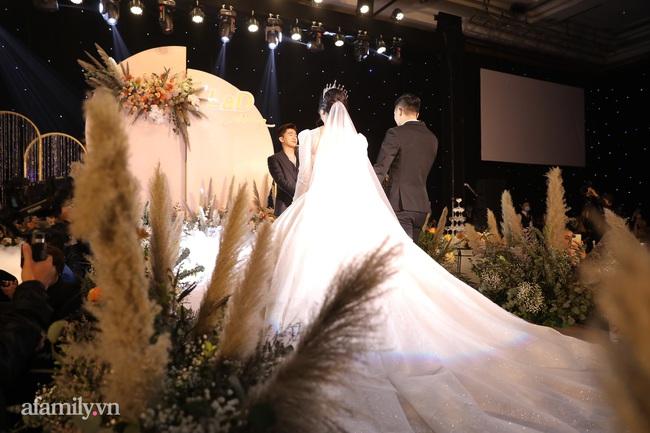 Tiết lộ khoảnh khắc Bùi Tiến Dũng nghẹn ngào không thốt nên lời khi trao lời thề với cô dâu Khánh Linh được chia sẻ lại khiến người xem xúc động - Ảnh 3.