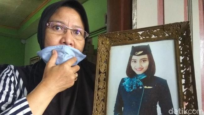 Máy bay rơi ở Indonesia: Hình ảnh đầu tiên về những nữ tiếp viên hàng không xinh đẹp và tài giỏi trên chuyến bay định mệnh  - Ảnh 4.