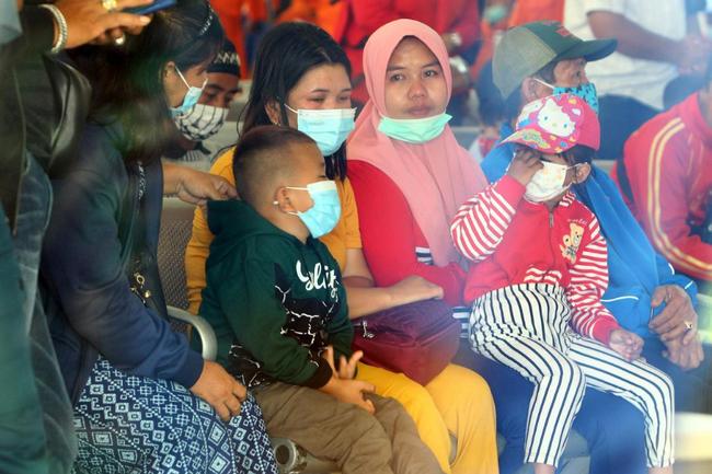 May bay rơi ở Indonesia: Chiếc áo hồng của bé gái được tìm thấy gây ám ảnh và câu chuyện xót xa của đứa trẻ ngăn bố lên máy bay tử thần - Ảnh 6.