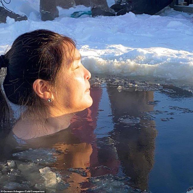 Bức ảnh cụ ông ngâm mình dưới dòng sông băng lạnh giá nhìn đã thấy nhói buốt con tim, ngỡ cảnh tượng bi thương nhưng thực hư phía sau còn gây sốc hơn nữa - Ảnh 7.