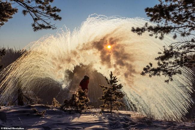 Bức ảnh cụ ông ngâm mình dưới dòng sông băng lạnh giá nhìn đã thấy nhói buốt con tim, ngỡ cảnh tượng bi thương nhưng thực hư phía sau còn gây sốc hơn nữa - Ảnh 5.