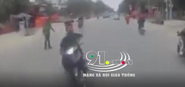 Clip: Vừa đánh tay lái sang làn ngược chiều thông chốt, 2 thanh niên đâm trực diện vào xe tải trước sự ngỡ ngàng và bất lực của tài xế - Ảnh 2.