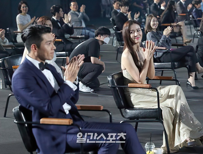 Hyun Bin và Son Ye Jin lộ chuyện bên nhau không rời trong những ngày tuyết rơi? - Ảnh 2.