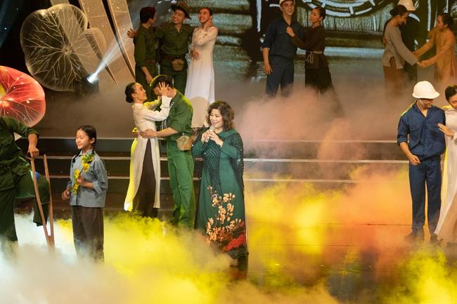 Đức Tuấn - NSND Thanh Hoa hát về người lính, MC Vũ Mạnh Cường rưng rưng xúc động   - Ảnh 1.