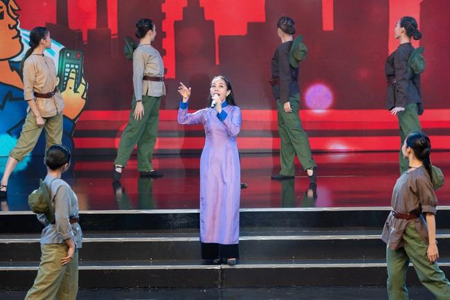 Đức Tuấn - NSND Thanh Hoa hát về người lính, MC Vũ Mạnh Cường rưng rưng xúc động   - Ảnh 3.