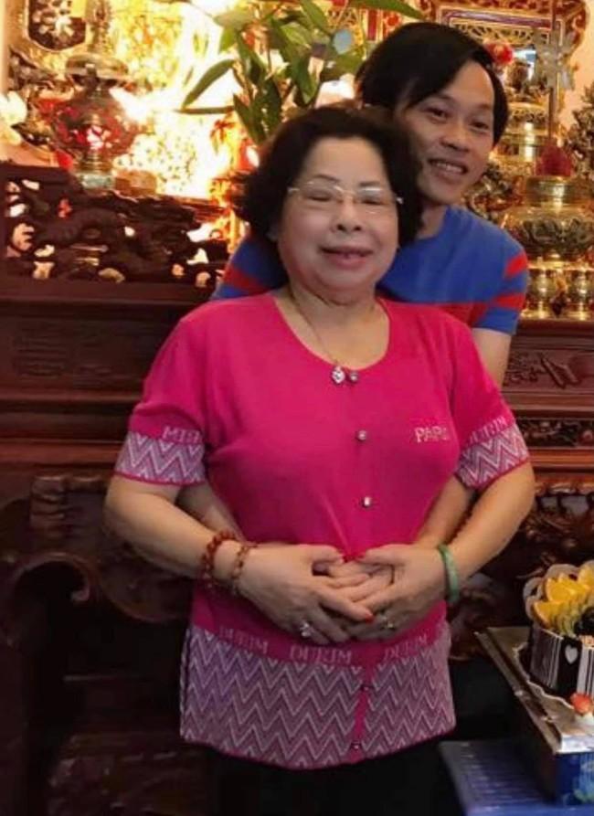 Sau sự ra đi của cố nghệ sĩ Chí Tài, nghệ sĩ Hoài Linh lại thức trắng một đêm để tiễn biệt người thân yêu nhất - Ảnh 1.