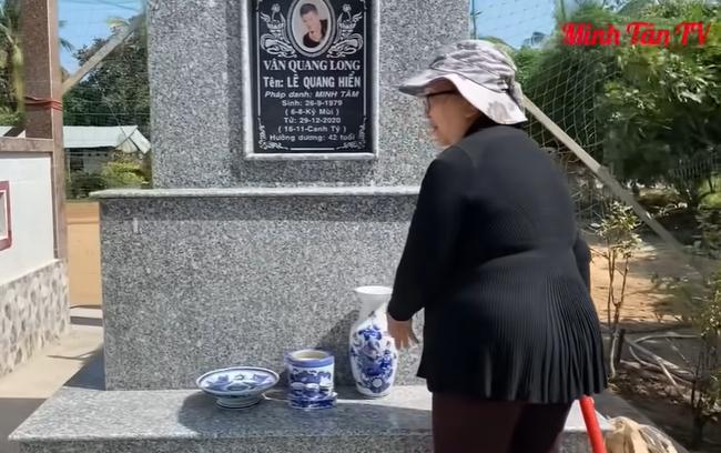 Mẹ ca sĩ Vân Quang Long lên tiếng về chuyện không nhận cháu ngay tại mộ của con trai - Ảnh 3.