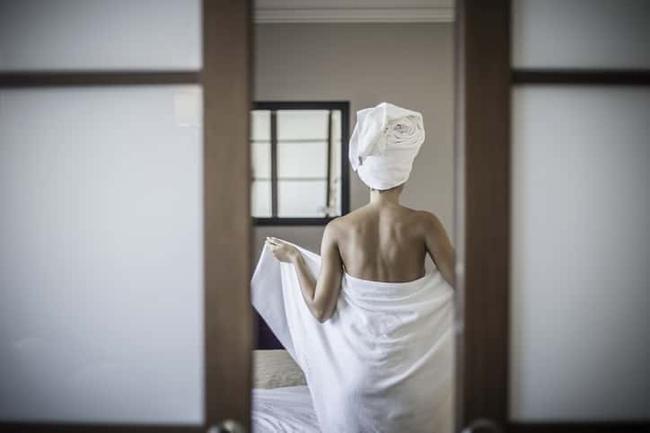 Bà mẹ sửng sốt trước phản ứng của cậu con trai khi thấy mẹ đang quấn khăn tắm đứng trước mặt mình - Ảnh 1.